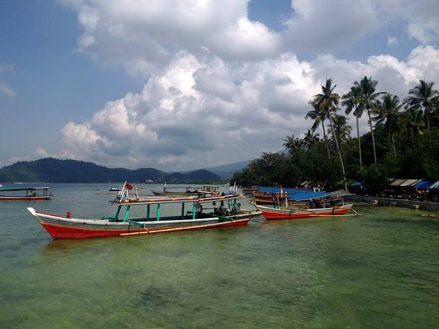 Perahu di Pantai Klara Lampung