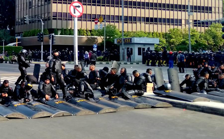 [Foto] Pasukan Anti Huru Hara Brimob Beristirahat - Jalan MH Thamrin Jakarta  22 Mei 2019