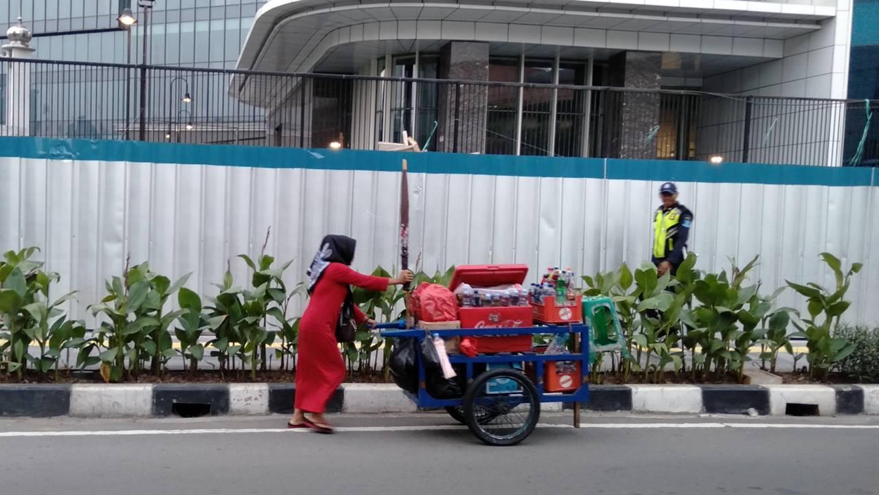 [FOTO] Emak-Emak Pun Harus Bekerja