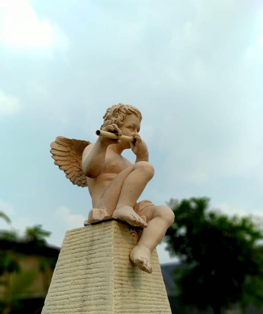 [FOTO] Patung Malaikat Kecil Bermain Seruling Di Vila Bogor Indah 6